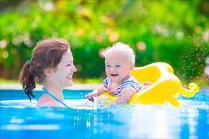 赤ちゃんをプールに入れる際に準備するもの