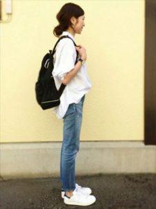 黒リュック×白シャツ