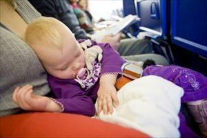 赤ちゃんが飛行機に乗れるのはいつから